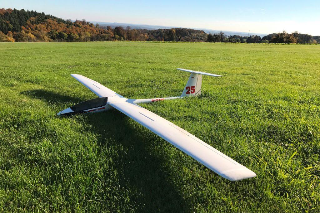 Modellflug in Gaiberg: ASH 25 auf dem Modellflugplatz